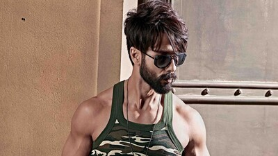 4K Pic of Shahid Kapoor with Black Sunglasses