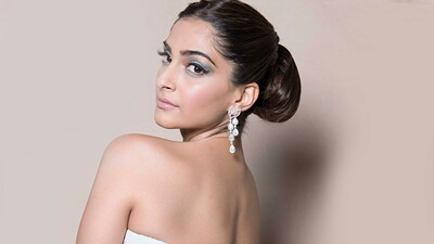 Sonam Kapoor Wear Beautiful Diamond Earring